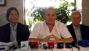Mititelu (centro) com o técnico Nicolò Napoli (esquerda) na primeira coletiva do novo F. C. (Imagem: site oficial do clube)