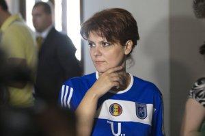 Lia Olguta Vasilescu com a camisa do Fotbal Club Universitatea Craiova. Ela já virou a casaca. (Imagem: Victor Ciupuliga/Mediafax)