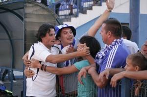 O técnico Nicolo Napoli comemora com os torcedores a vitória contra o Turceni