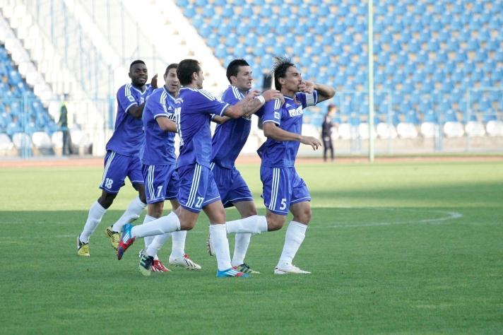 Madalin Ciuca (último à direita) comemora o golaço com a equipe (Fotos: Editie.ro)