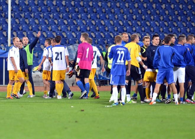 Briga entre os dois clubes de Craiova foi o destaque negativo do 0x0 (fotos: Fanatik.ro)