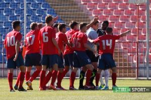 A equipe do Bihor pede  pênalti após ver lance de mão de Acka