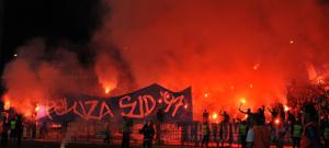 Torcida jogou sinalizadores no campo na partida contra o Petrolul (foto: liga2.prosport.ro)