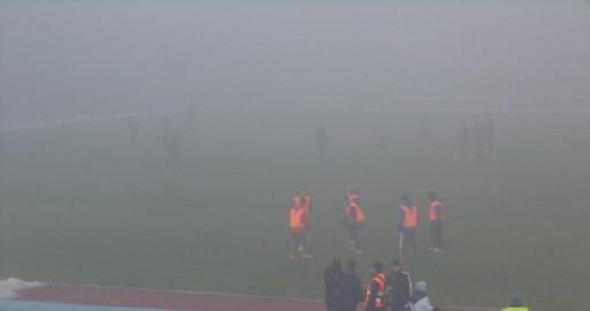 Neblina impossibilitou que os torcedores vissem os lances do jogo (foto: Fanatik.ro)