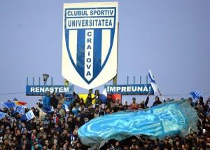"""Bandeirão do U Craiova """"em conflito"""" com o distintivo intruso no estádio"""