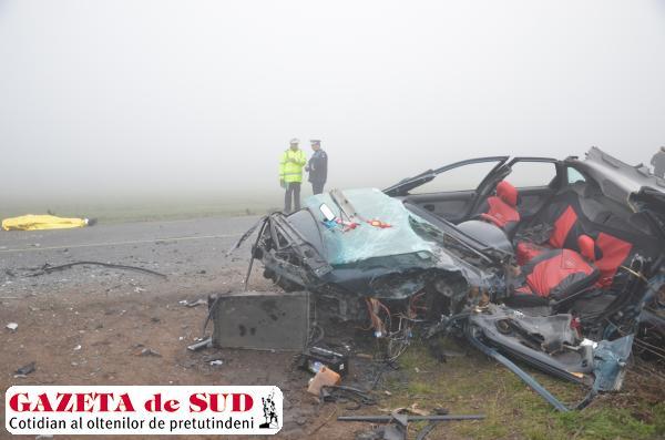 Das três pessoas no Clio, uma não sobreviveu (foto: Gazeta de Sud)