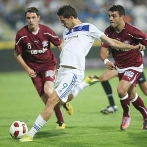 Mihai Costea arrisca o chute no empate em 1x1 de 17/09/2010