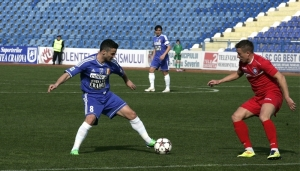 Saceanu domina a bola no meio-campo (foto: Lucian Sandu /Editie.ro)