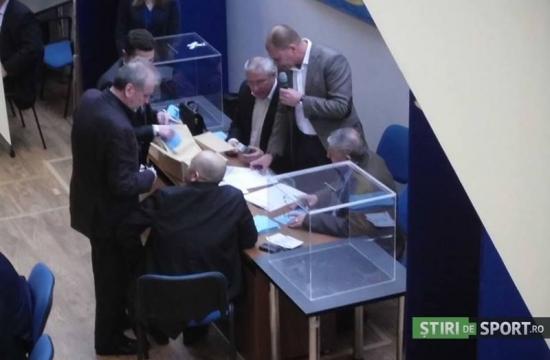 Na contagem do segundo turno, havia 175 cédulas para 173 votantes (foto: Stiri de Sport)