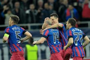 Jogadores do Steaua comemoram o gol do lateral-esquerdo Latovelvici (14). O 5x2 no clássico deixa os militari a um passo da final (foto: Grigore Popescu/Agerpress