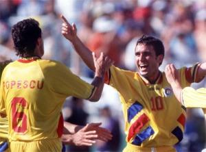 """Popescu e Hagi são parte da """"Generatia de Aur"""", a geração de ouro romena (foto: FIFA)"""