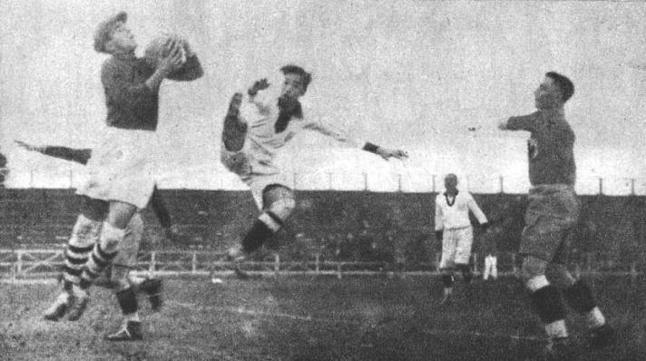 À esquerda, o goleiro  Ion Lapusneanu antecipa o atacante peruano Julio Lores