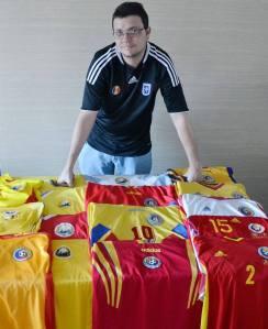Em singela homenagem a'O Craiovano, Fernando exibe sua coleção com a camisa do FC Universitatea Craiova