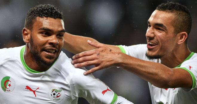 Soudani comemora o gol da vitória com Bentaleb: Argélia vai com boa moral à Copa (foto: SKY)