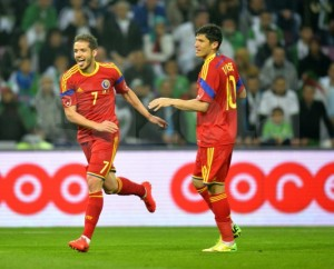 Chipciu e Tanase comemoram o gol romeno, uma das poucas jogadas de efeito da Nationala (foto: GSP.ro)