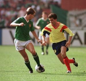 Hagi é conhecido pela Copa de 1994, mas deu trabalho em 1990. A finta em Chris Morris é só amostra (foto: FIFA)