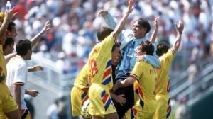 Iordanescu é abraçado pelos jogadores após a épica vitória sobre a Argentina (foto: Getty Images)