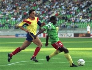 Milla, aos 38 anos, botava  para correr o futuro capitão do Barcelona, Gheorghe Popescu de 22 anos (foto: FIFA)