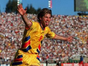 Raducioiu comemora contra a Colômbia: o atacante foi artilheiro da Nationala com 4 gols (foto: FIFA)