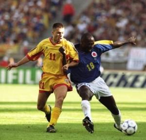 Adrian Ilie e Freddy Rincón disputam a bola: o camisa 11 era um dos principais jogadores da Nationala (foto: Getty Images)
