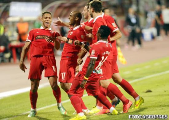 Os jogadores comemoram o gol do meia Elton: Dinamo estreou a Liga I voando.