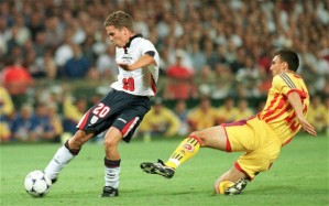 Marinescu tenta parar a então promessa Michael Owen (foto: Russell Cheyne/Telegraph)
