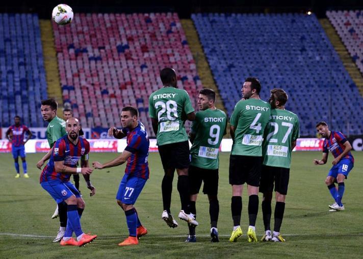 O veterano Sanmartean cobrou falta com perfeição e marcou o segundo gol do Steaua (foto: csuc;ro)
