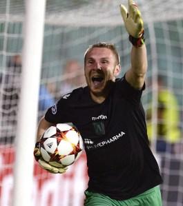 Moti defende a cobrança de Râpa e corre pra galera em Sófia: Zagueiro foi o carrasco da eliminação traumática do Steaua