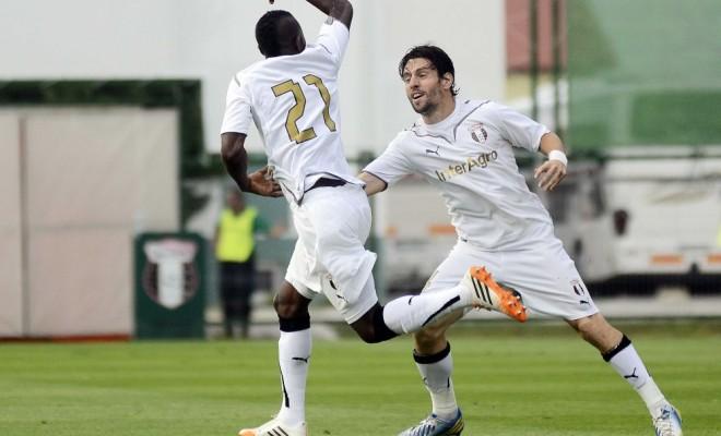 Fatai é perseguido pelo cipriota Laban: hat-trick chamou a atenção do técnico da seleção romena (foto: Dolce Sport)