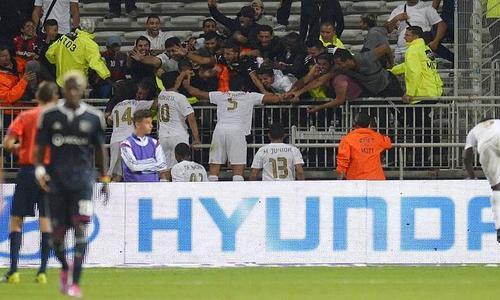Laban, Budescu, William de Amorim, Ben Youssef e Júnior Morais comemoram o gol da vitória com as poucas dezenas de torcedores do Astra no Gerland