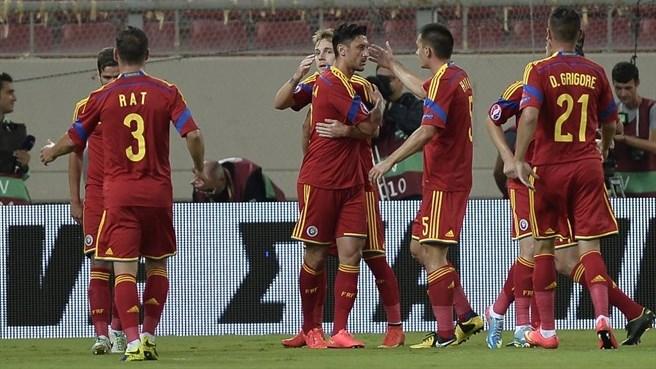 Marica comemora o gol da vitória com os companheiros de Nationala (foto: AFP/Getty Images)