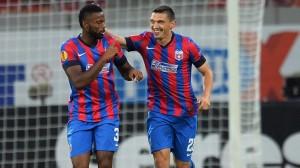 Varela quase desviou o cruzamento no primeiro gol; Keseru fez três em 11 minutos (foto: AFP/Getty Images)