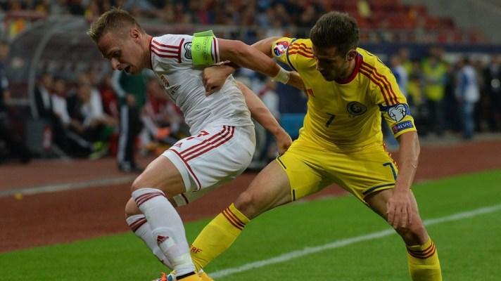 Dzsudzsak e Chipciu disputam a bola: clássico teve muitas faltas e cartões (foto: uefa.com)