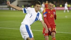 Eremenko tenta passar pro Grigore: defesa romena esteve bem no primeiro tempo (foto: AFP/Getty Images)