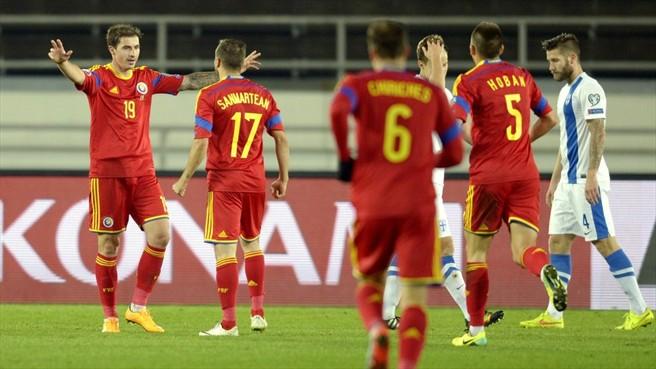 Stancu (esq.) comemora o segundo gol com Sanmartean, Chiriches e Hoban (foto: uefa.com)
