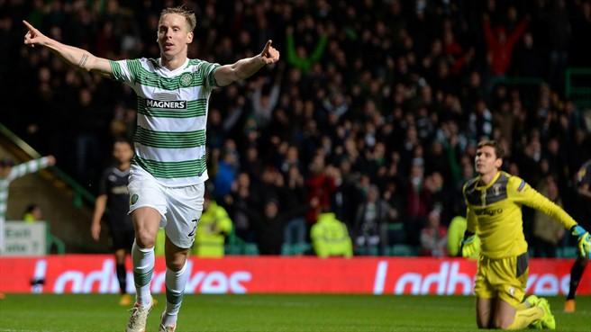 Stefan Johansen comemora o segundo gol do Celtic, enquanto o goleiro Silviu Lung Jr. (fundo), não se conforma com a falha (foto: Getty Imagens