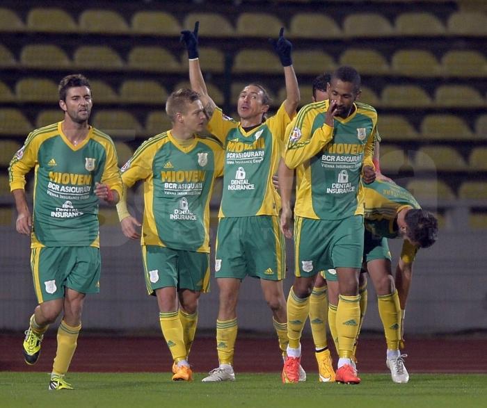 Ayza (centro) comemora emocionado o gol da vitória sobre o Dinamo com seus companheiros (foto: Gazeta Sporturilor)
