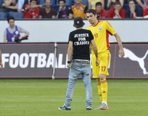 Gaman tenta convencer Ultra do FC U Craiova a deixar o campo em 2012 (foto: Libertatea)