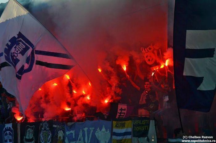 Torcedores da Poli fazem a festa com direito a sinalizadores na vitória sobre o Marcel Băban Jimbolia por 3x2 fora de casa, pela Liga IV