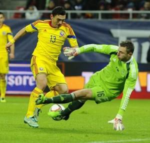 Keseru dribla Andersen no primeiro gol: O atacante substituiu o lesionado Rusescu à altura e deve ganhar a posição de Stancu (foto: Agerpress)