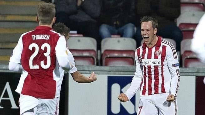 Enevoldsen comemora o único gol da partida: dinamarqueses finalizaram três vezes no jogo (foto: AFP/Getty Images)