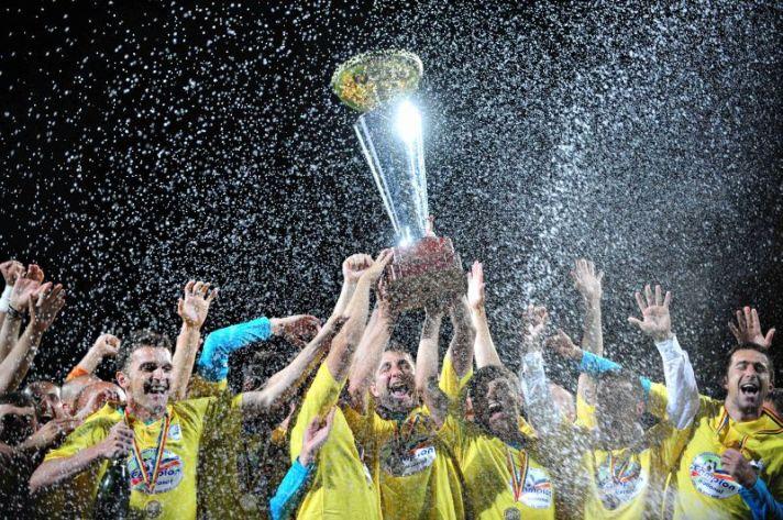 Unirea Urziceni levanta a taça da Liga I 2008-09: ostracismo, estrelato e extinção em menos de 10 anos (foto: Bogdan Maran / Mediafax)