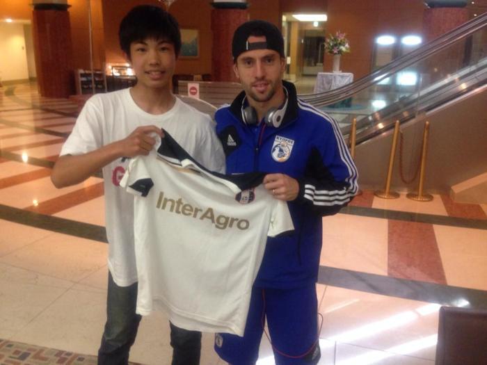 Tetsuya recebeu uma camisa do Astra das mãos do volante Vincent Laban (fotos: arquivo pessoal)