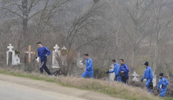 FCU treina próximo a cemitério na comuna de Leamna, em Dolj: time agonizou até a morte em 2014 (foto: Gazeta de Sud)