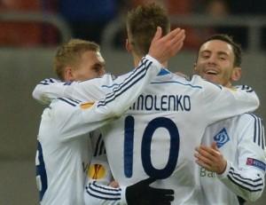 Yarmolenko comemora com os companheiros o primeiro gol (foto: AFP/Getty Images)