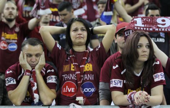 Torcida do CFR Cluj pode levar um bom tempo até rever o clube de volta aos torneios europeus (foto: Antena 3)