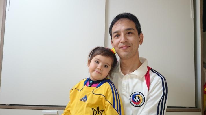 Koishihara com a camisa da Romênia e sua filha, Emiri, com a da Ucrânia: família cosmopolita
