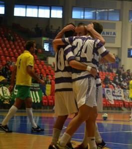 Jogadores da Poli comemoram gol sobre o Vaslui (foto: Razvan Chelbea)