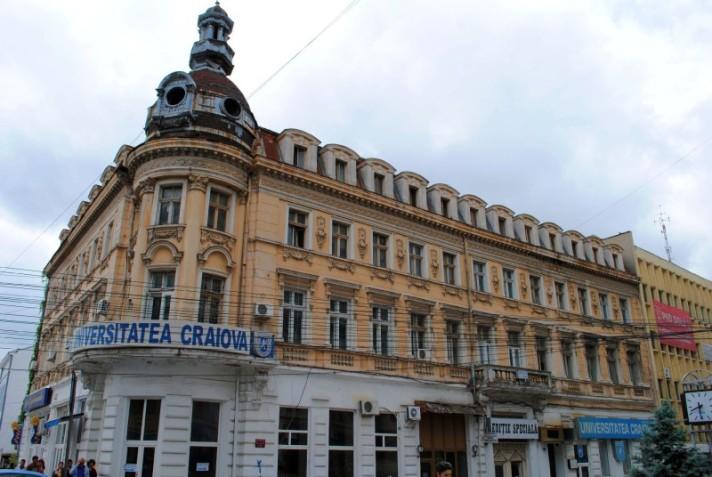 O Hotel New York, sede do FC Universitatea Craiova, está com pedaços de alvenaria despencando na calçada, sinal de alguns edifícios históricos mal conservados na cidade (foto: Monumente Oltenia)