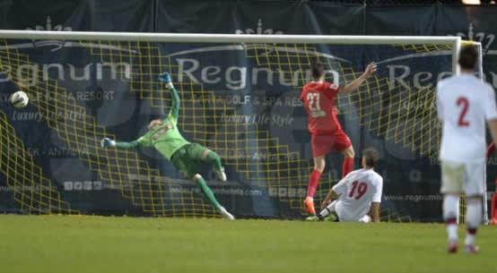 Marcondes (19) marca o terceiro gol da Dinamarca sub-21 (foto: Alex Nicodim/Gazeta Sporturilor)